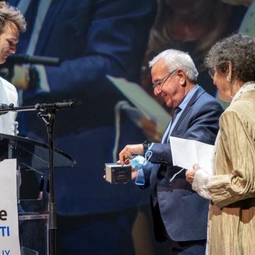 Jean Léonetti, maire d'Antibes & Marie-Louise Audiberti remettant lePrix Jeune à Théo Griffiths